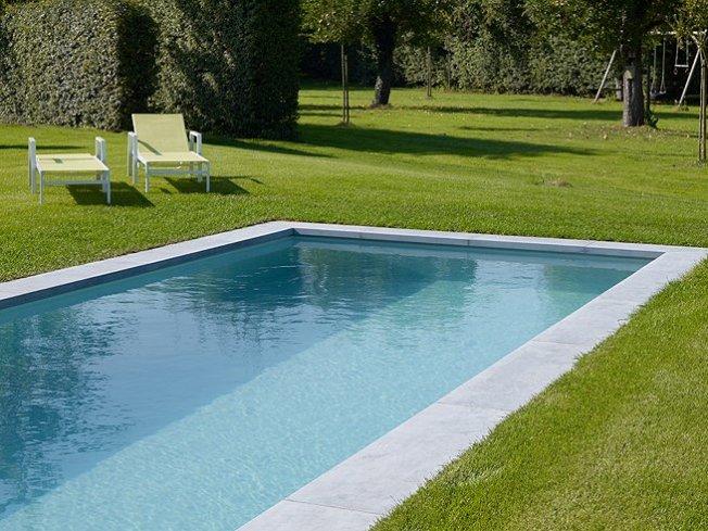 Zwembad lang strak relaxzwembaden - Zwembad betegeld grijs ...
